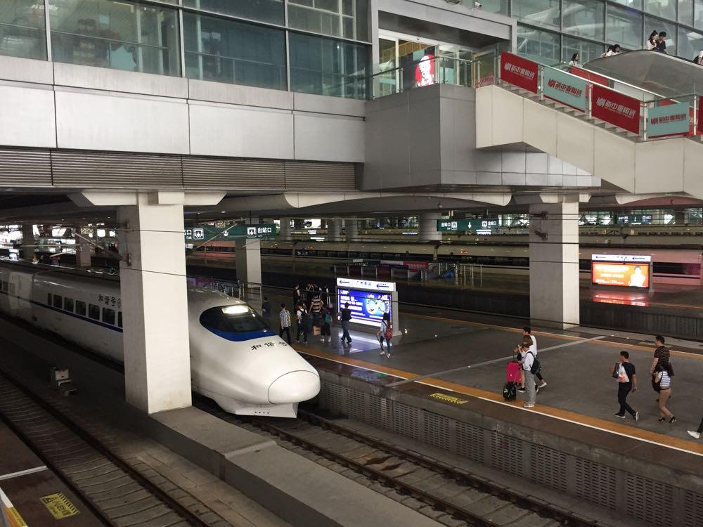 pohled na rychlovlak na cinskem nadrazi v Guangzhou